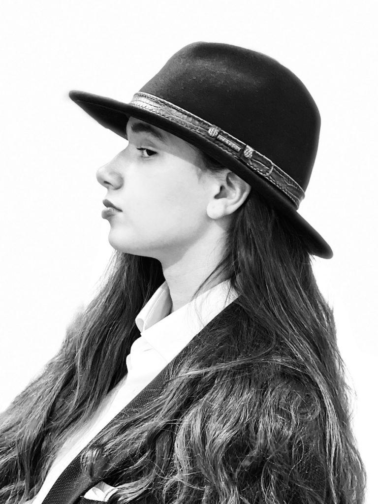 Bilde av ung kvinne i profil